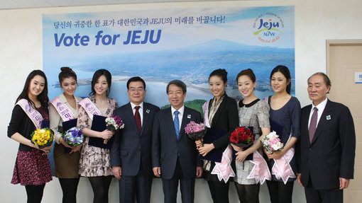 Miss Korea 2010, Jung So-ra, and  runners up from last year's beauty contest.