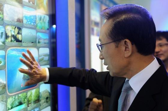 South Korean President Lee Myungbak votes for New7Wonders of Nature Finalist Jeju Island