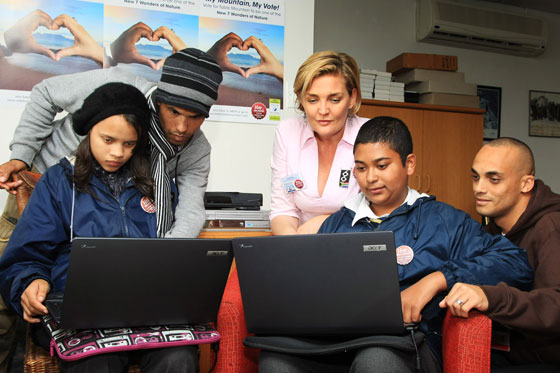 Fiona Furey and RLabs show pupils how to vote for Table Mountain