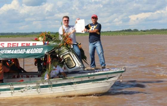 Jean Paul de la Fuente hands over Official Finalist Certificate on the Amazon
