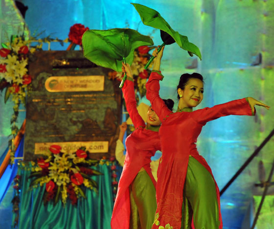 Against the background of the specially-commissioned bronze plaque that was cast in Munich, Germany, a group of Vietnamese dancers delivered a performance marked by grace and beauty