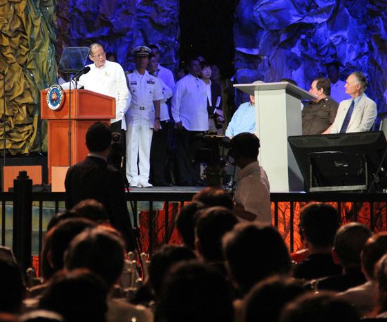 President Benigno Aquino III (left) addresses Bernard Weber, Founder-President of New7Wonders (right) during the Official Inauguration Ceremonies the PPUR in Manila last night.