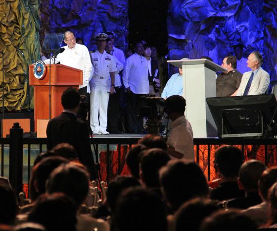 President Benigno Aquino III (left) addresses Bernard Weber, Founder-President of New7Wonders (right) during the Official Inauguration Ceremonies the PPUR in Manila last night.