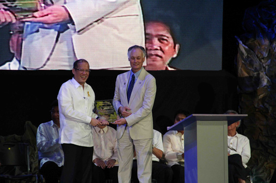President Benigno Aquino III of the Philippines (left) with Bernard Weber, Founder-President of New7Wonders (right) at the inauguration ceremonies held today in Manila to recognize Puerto Princesa Underground River as one of the New7Wonders of Nature.