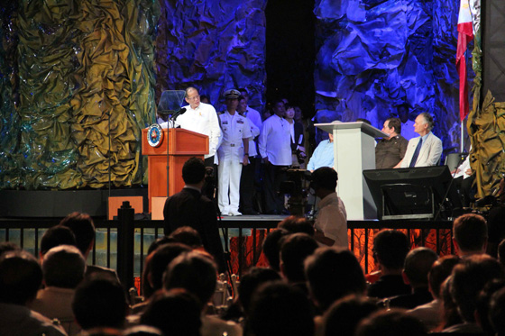 President Benigno Aquino III (left) thanks Bernard Weber (right) for providing the voting platform that helped the Puerto Princesa Underground River to achieve global recognition.