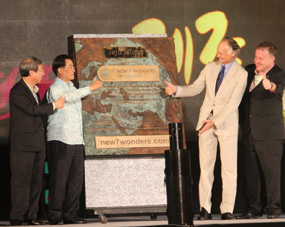 The unveiling of the specially-cast bronze plaque marking the Official Inauguration of Jeju Island as one of the New7Wonders of Nature was attended by Professor Chung Un-chan, former Prime Minister of South Korea, and Jeju Governor Woo Keun-min (left), as well as Bernard Weber, Founder-President of New7Wonders, and Jean-Paul de la Fuente, Director of New7Wonders (right).
