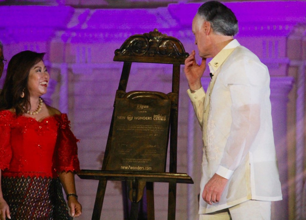 Mayor Eva Medina of Vigan (left) and Bernard Weber of New7Wonders during the unveiling of the specially-commissioned New7Wonders City plaque.