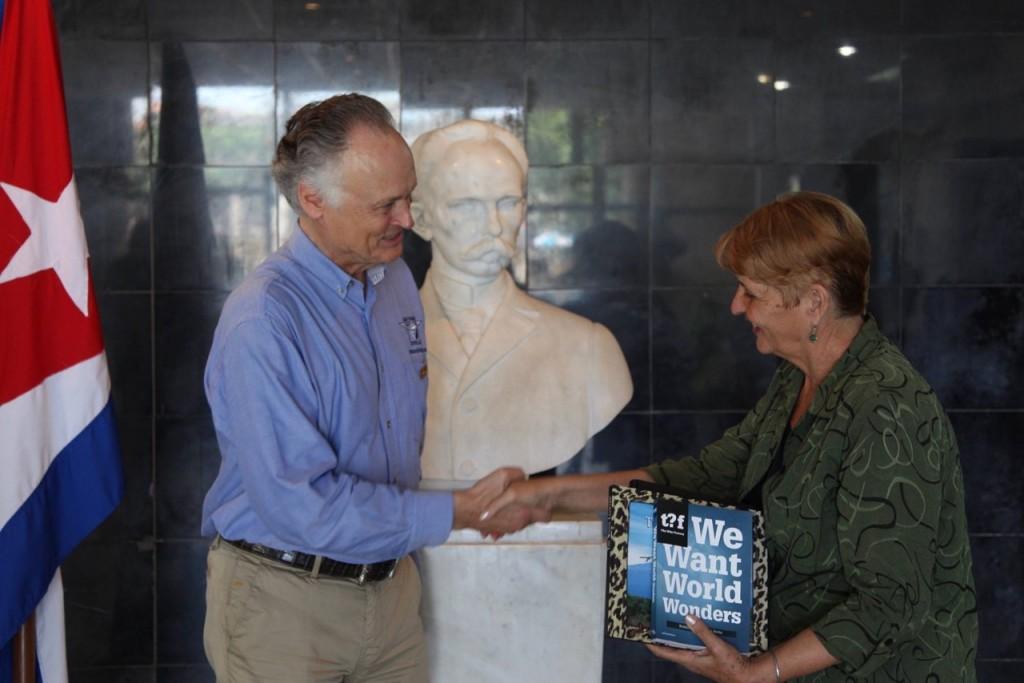 Bernard Weber, Founder of New7Wonders, presenting a copy of We Want World Wonders to Regla Perea, Directora of La Biblioteca Pública Rubén Martínez Villena, La Habana