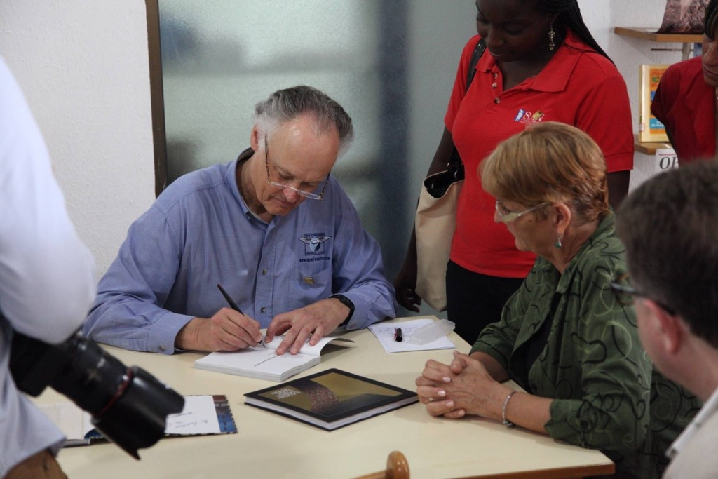 To the people of Cuba! Bernard Weber at the book-signing ceremony dedicated the New7Wonders works to 'Al puebla de Cuba'