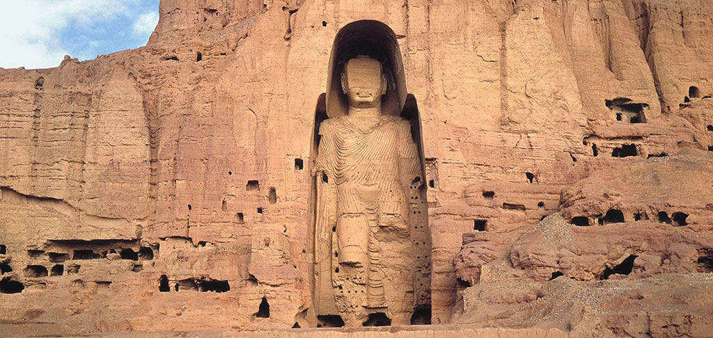 Before being blown up in 2001, the Buddhas of Bamiyan they were the largest examples of standing Buddha carvings in the world.